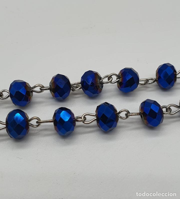 Antigüedades: Precioso rosario de cuentas en cristal azul irisado bellamente facetado y cruz plateada . - Foto 6 - 184796852