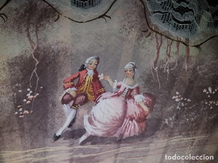 Antigüedades: Abanico antiguo pintado a mano, varillas de nacarina calado, dorado y teñido, ribete encaje blanco - Foto 2 - 184837061