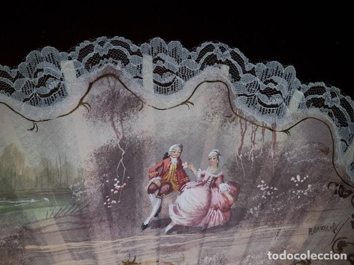 Antigüedades: Abanico antiguo pintado a mano, varillas de nacarina calado, dorado y teñido, ribete encaje blanco - Foto 3 - 184837061