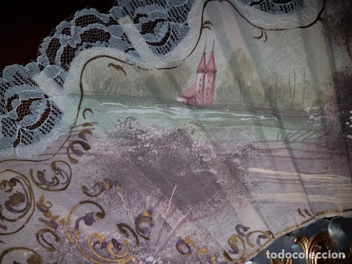 Antigüedades: Abanico antiguo pintado a mano, varillas de nacarina calado, dorado y teñido, ribete encaje blanco - Foto 5 - 184837061
