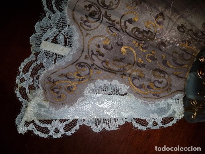 Antigüedades: Abanico antiguo pintado a mano, varillas de nacarina calado, dorado y teñido, ribete encaje blanco - Foto 6 - 184837061