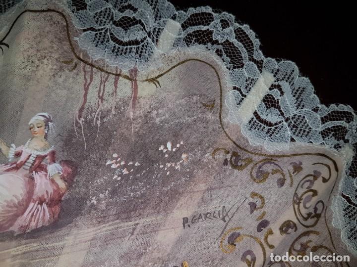 Antigüedades: Abanico antiguo pintado a mano, varillas de nacarina calado, dorado y teñido, ribete encaje blanco - Foto 8 - 184837061