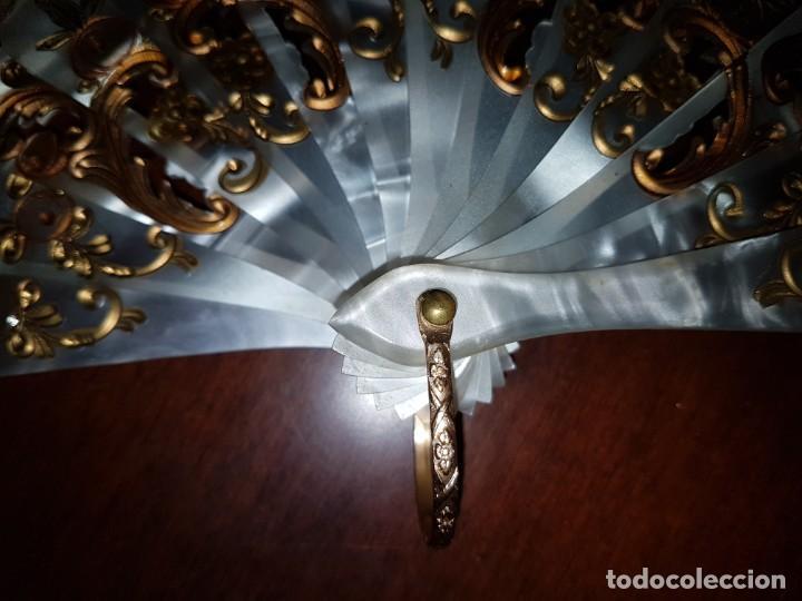 Antigüedades: Abanico antiguo pintado a mano, varillas de nacarina calado, dorado y teñido, ribete encaje blanco - Foto 9 - 184837061