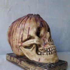 Antigüedades: VANITAS FIGURA CRANEO TAMAÑO REAL PATINADO COLOR HUESO VIAJE SIN RETURNO. Lote 184843208