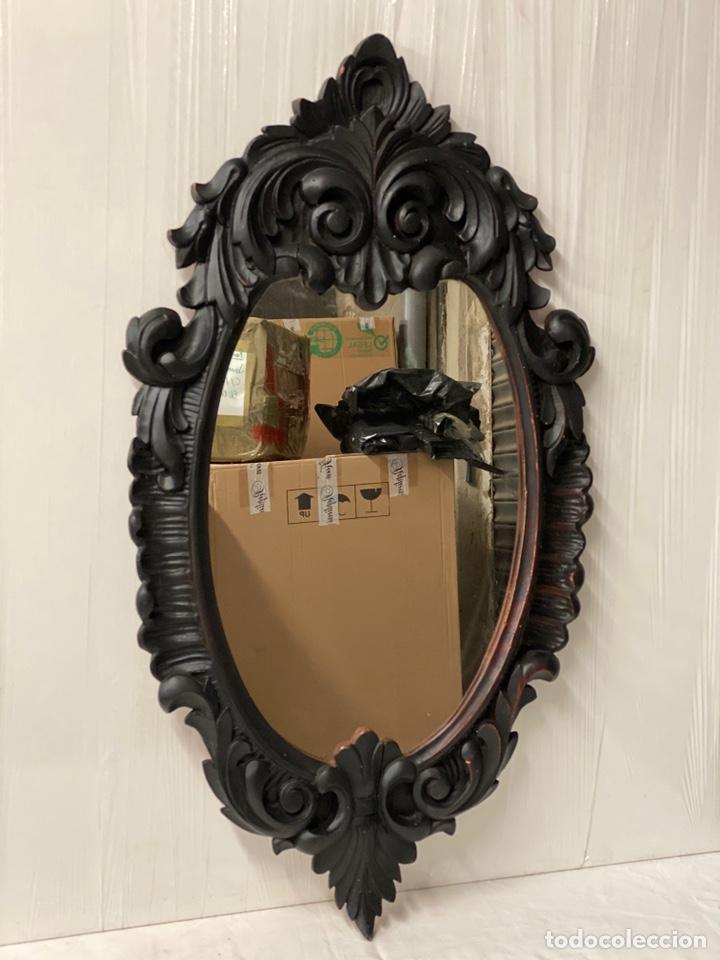 Antigüedades: Antiguo espejo isabelino de madera de caoba lacado en negro. Siglo XIX. 105x57 - Foto 4 - 183622528