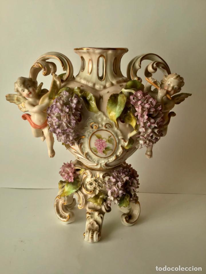 ANTIGUO JARRON DE PORCELANA , CON 2 ANGELES Y FLORES DE JAZMIN , SIGLO XIX (Antigüedades - Porcelana y Cerámica - Alemana - Meissen)