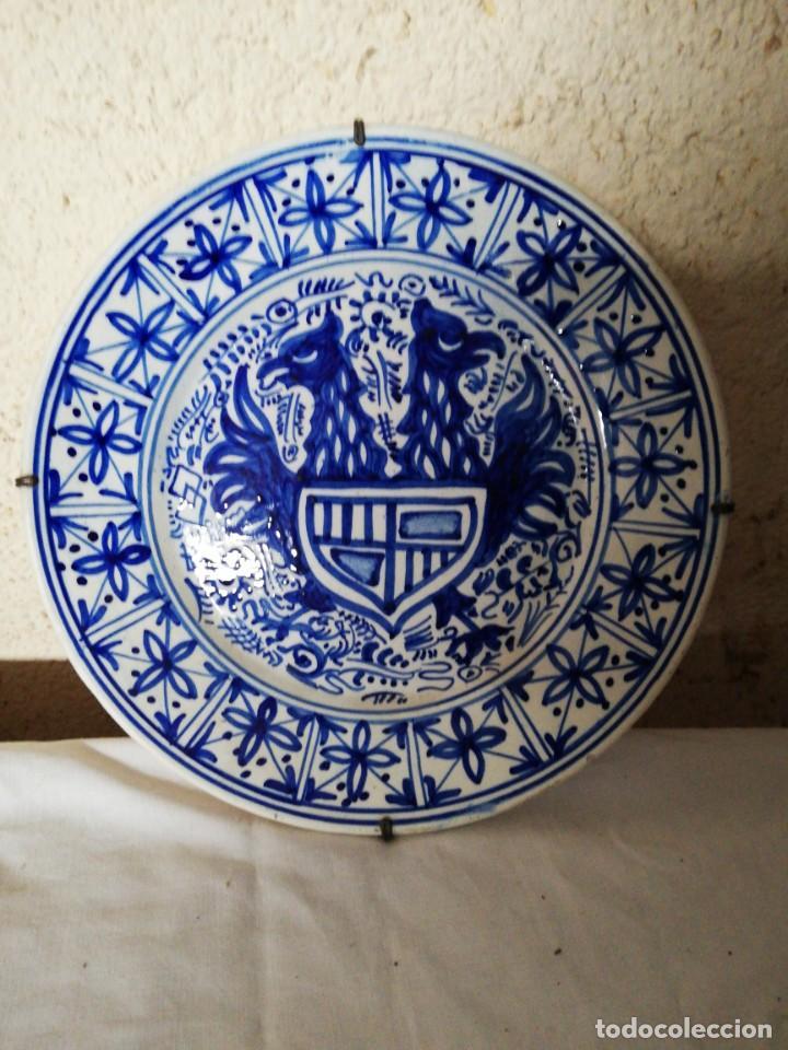 PLATO CERAMICA AGUILA BICÉFALA Y ESCUDO (Antigüedades - Porcelanas y Cerámicas - Manises)