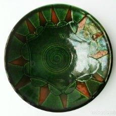 Antigüedades: RARO PLATO DECORATIVO DE CERÁMICA VERDE ALFARERÍA POPULAR DE ÚBEDA (JAÉN) FIRMADO TALLER GÓNGORA. Lote 54058465
