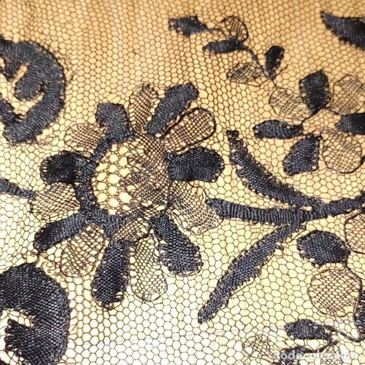 Antigüedades: MANTILLA. 88X210. ENCAJE SEMIMANUAL. SEDA O VISCOSA COLOR NEGRO. ESPAÑA. SIGLO XIX-XX - Foto 15 - 185710087