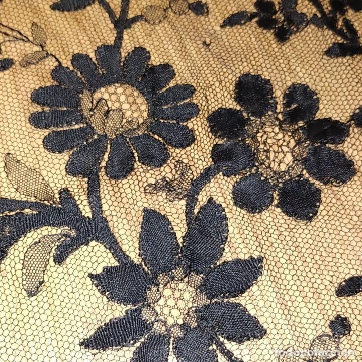 Antigüedades: MANTILLA. 88X210. ENCAJE SEMIMANUAL. SEDA O VISCOSA COLOR NEGRO. ESPAÑA. SIGLO XIX-XX - Foto 16 - 185710087