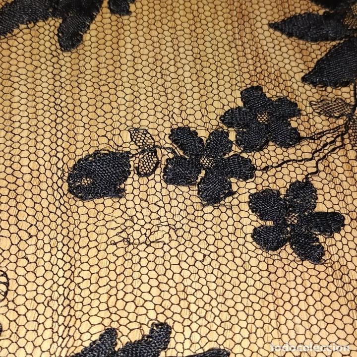 Antigüedades: MANTILLA. 88X210. ENCAJE SEMIMANUAL. SEDA O VISCOSA COLOR NEGRO. ESPAÑA. SIGLO XIX-XX - Foto 17 - 185710087