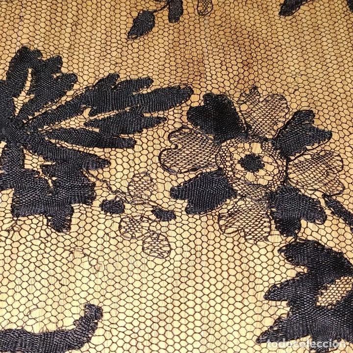 Antigüedades: MANTILLA. 88X210. ENCAJE SEMIMANUAL. SEDA O VISCOSA COLOR NEGRO. ESPAÑA. SIGLO XIX-XX - Foto 19 - 185710087