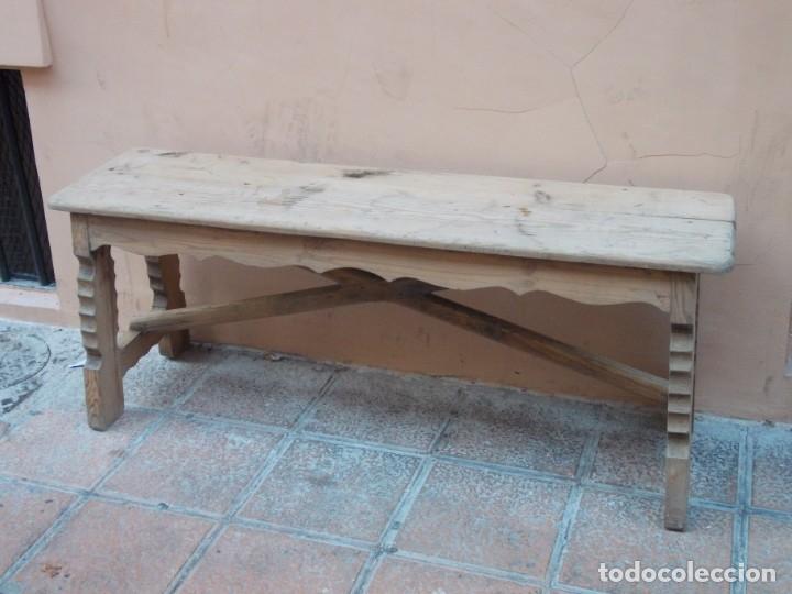 ANTIGUO Y CURIOSO BANCO EN MADERA CON PATAS DENTADAS Y FALDONES (Antigüedades - Muebles Antiguos - Sofás Antiguos)