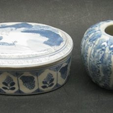 Antigüedades: 2 PIEZAS ANTIGUAS CAJA + BOTE PORCELANA JAPONESA O CHINA DECORACION AZUL. Lote 185770845
