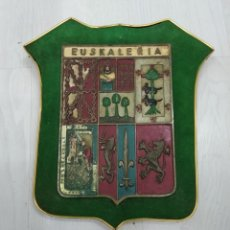 Antigüedades: ANTIGUO ESCUDO EUSKALERRIA EN BRONCE POLICROMADO SOBRE MADERA PAIS VASCO EUSKADI. Lote 185821657
