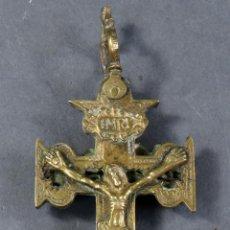 Antigüedades: CRUZ DE CARAVACA EN BRONCE DORADO SEGUNDA MITAD DEL SIGLO XVII. Lote 185877055