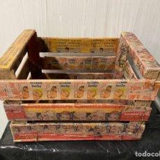 Antigüedades: ANTIGUA CAJA DE FRUTAS DECORADA AL ESTILO ANTIGUO, CON MOTIVOS DE CINE.. Lote 185888428