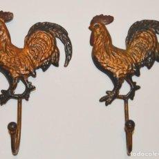 Antigüedades: 2 ANTIGUAS PERCHAS - GALLOS - LATÓN - LLEGAR Y COLGAR. Lote 185902350