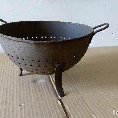 Antigüedades: ANTIGUO ESCURRIDOR METÁLICO, CON PATAS REMACHADAS. Lote 185904865