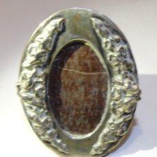 Antigüedades: PORTARRETRATOS DE PLATA ANTIGUA OVALADO SELLO CONTRASTE. Lote 185906558