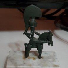 Antigüedades: GUERRER DE MOIXENT - REPRODUCCIÓN EN BRONCE SOBRE PEANA DE MÁRMOL. Lote 185911501