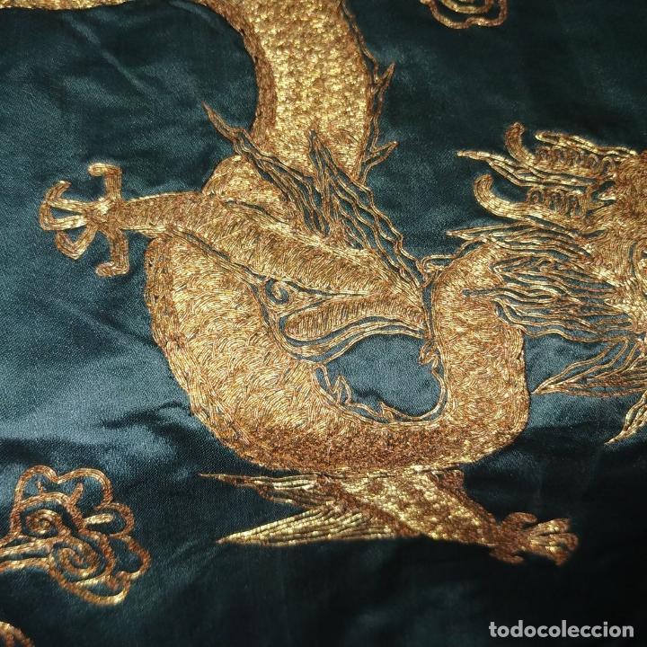 Antigüedades: GRAN CHAL O CUBRE CAMA. SEDA. BORDADO CON HILO METÁLICO DORADO. CHINA. XIX-XX - Foto 17 - 185960033