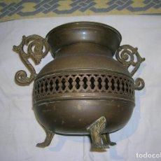 Antigüedades: ANTIGUO FLORERO DE METAL MIDE 25 DE ALTO X 24 DE ANCHO VER FOTOS. Lote 185964342