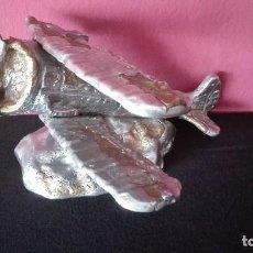 Antigüedades: ESCULTURA AVION BIPLANO DE METAL. Lote 185965981