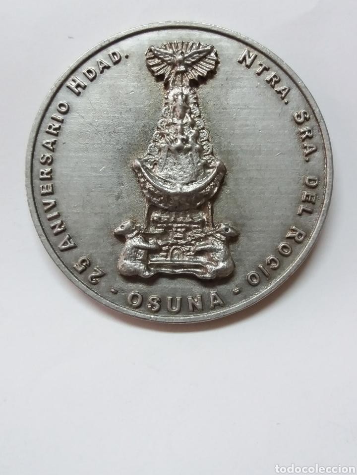 MEDALLA 25 ANIVERSARIO HDAD NTRA SRA DEL ROCIO OSUNA 1988-2013, SEVILLA (Antigüedades - Religiosas - Medallas Antiguas)
