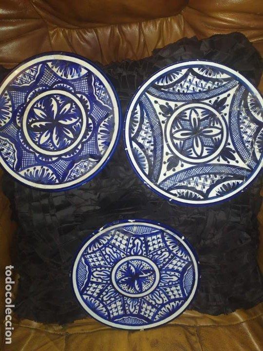 LOTE TRES PLATOS PINTADOS A MANO ESPAÑA RESTAURADOS PARA COLGAR PRECIOSOS (Antigüedades - Hogar y Decoración - Platos Antiguos)