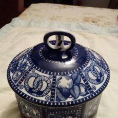 Antigüedades: BONBONIERA ENTWURF GERTRUND KRAUFT H.BAHLSENS BLUE &WHITE PORCELAIN LIDDED COOKIE JAR DOSE. Lote 186016617