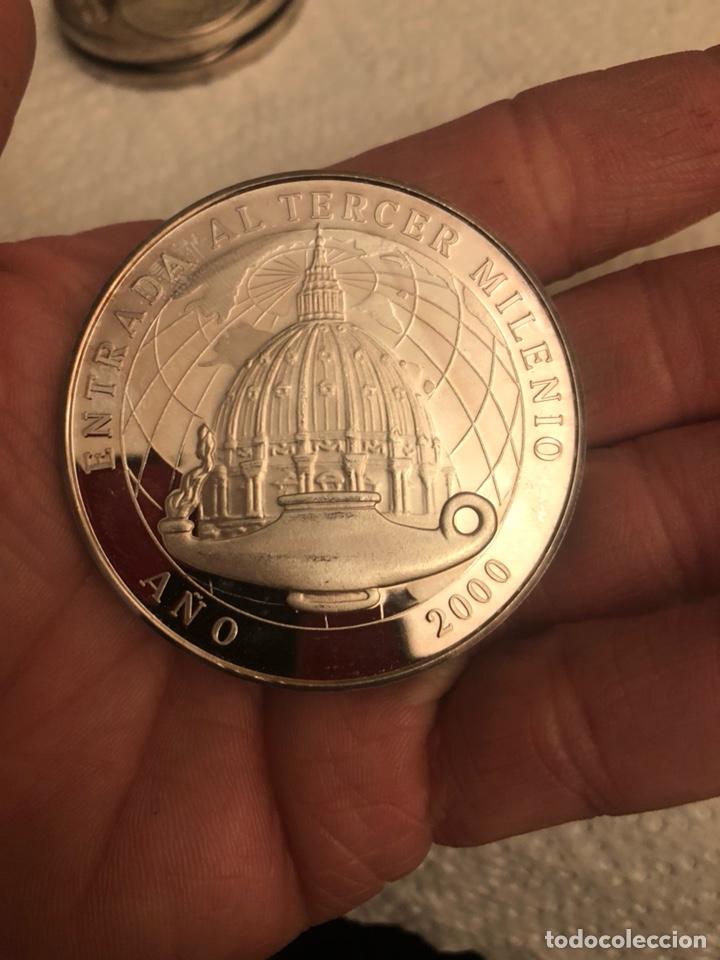 Antigüedades: Lote de 2 medallas entrada al tercer milenio año 2000, plata de ley 90 gramos - Foto 3 - 186016657