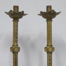 Antigüedades: ANTIGUA PAREJA DE CANDELABROS DE BRONCE DORADO. NEOGOTICO. SIGLO XIX. Lote 186017716