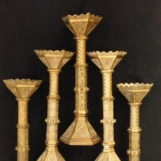 Antigüedades: CONJUNTO DE CINCO GRANDES CANDELEROS DE ALTAR EN ESTILO NEOGÓTICO DEL SIGLO XIX. MIDEN 39 CM.. Lote 186024092