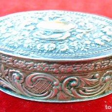 Antigüedades: ANTIGUA CAJITA DE PLATA REPUJADA CON CONTRASTE, 5,5 CM. MUY BUEN ESTADO. Lote 186062076