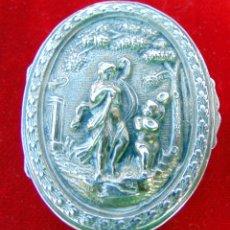 Antigüedades: ANTIGUA CAJITA DE PLATA REPUJADA CON CONTRASTE, 5,5 CM. MUY BUEN ESTADO. Lote 186062141