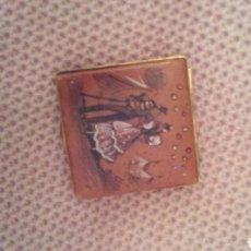 Antigüedades: CAJA POLVERA CON ESPEJO ,ES METALICA Y FORRADA EN PIEL CON ADORNO REHGIONAL ,AÑOS 50.. Lote 186089125