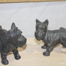Antigüedades: PAREJA DE SUJETA PUERTAS FOX TERRIER DE HIERRO COLADO,17X11 CM ,ALTURA 15 CM. Lote 186095127