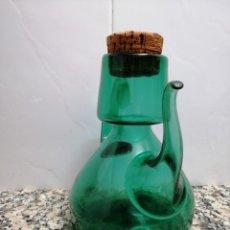 Antigüedades: ANTIGUA ACEITERA CRISTAL SOPLADO VERDE. Lote 186153852