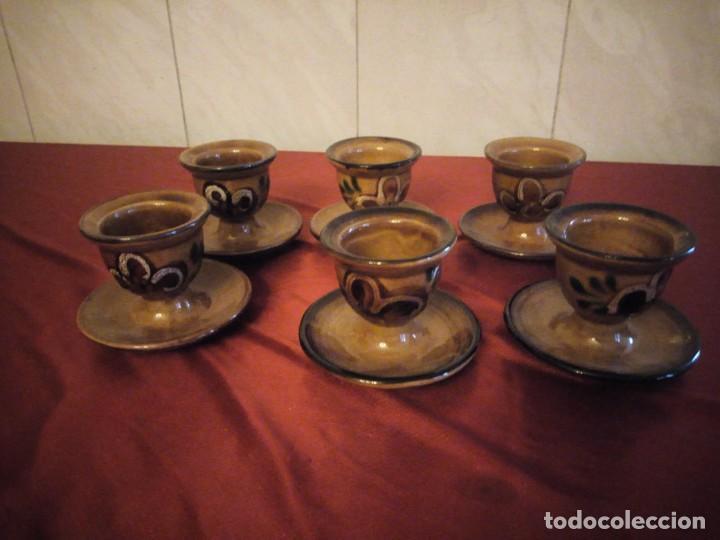 JUEGO DE 6 HUEVERAS CON PLATO PEGADO DE CERÁMICA DECORADAS A MANO ESTILO INGLES. (Antigüedades - Porcelanas y Cerámicas - Otras)