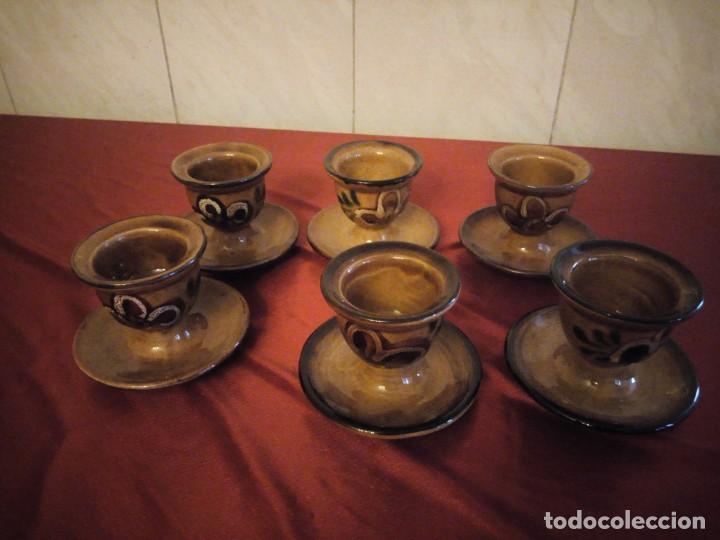 Antigüedades: Juego de 6 hueveras con plato pegado de cerámica decoradas a mano estilo ingles. - Foto 2 - 186166327