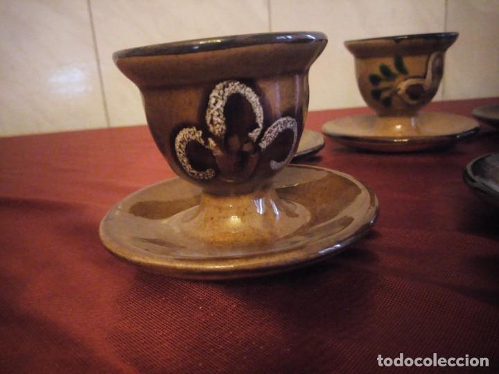 Antigüedades: Juego de 6 hueveras con plato pegado de cerámica decoradas a mano estilo ingles. - Foto 3 - 186166327