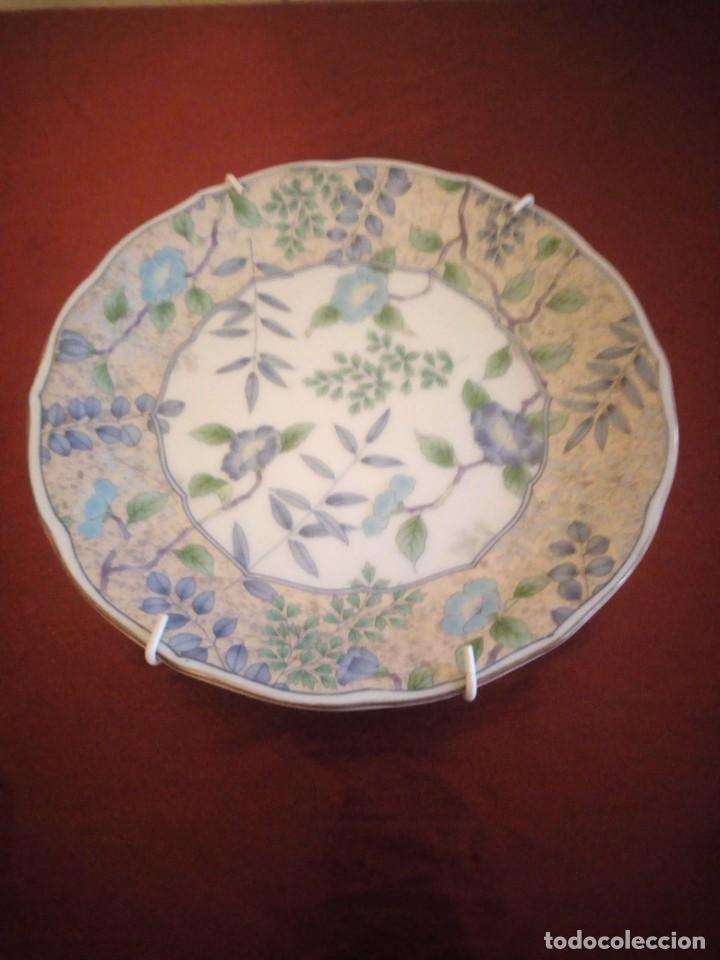 PLATO DE PORCELANA DECORATIVO CON GANCHOS PARA COLGAR. JAPÓN. (Antigüedades - Porcelana y Cerámica - Japón)