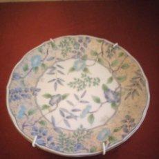 Antigüedades: PLATO DE PORCELANA DECORATIVO CON GANCHOS PARA COLGAR. JAPÓN.. Lote 186167350