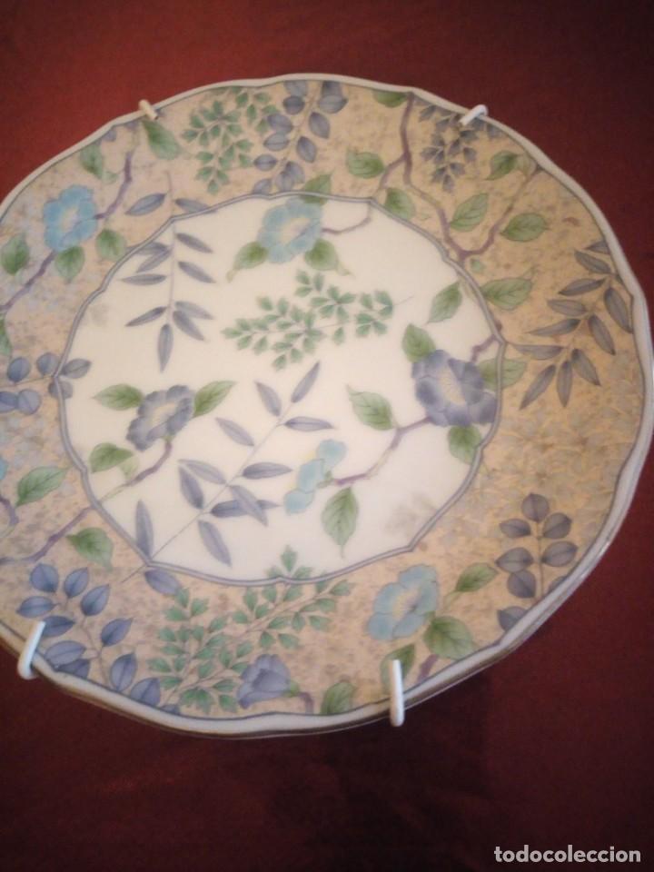 Antigüedades: Plato de porcelana decorativo con ganchos para colgar. japón. - Foto 3 - 186167350