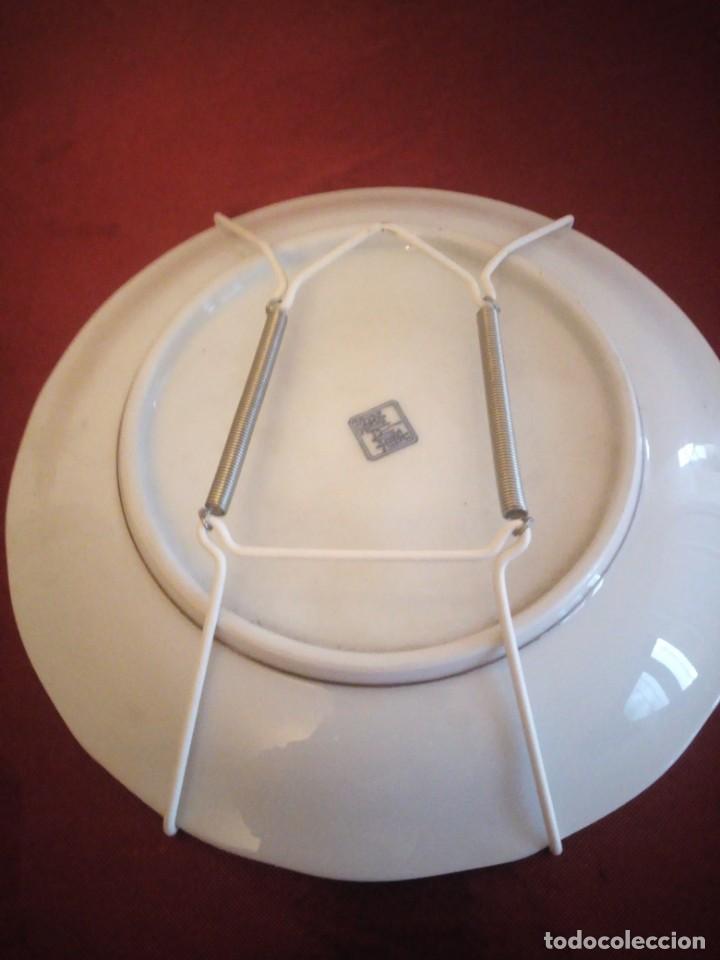 Antigüedades: Plato de porcelana decorativo con ganchos para colgar. japón. - Foto 5 - 186167350