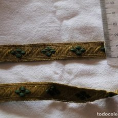 Antigüedades: PASAMANERIA HILO METAL DORADO 2 TIRAS 1,5CM ANCHO X 1,75 LARGO/ 1,5 X1,30 INDUMENTARIA. Lote 186152166