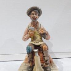 Antigüedades: FIGURA DE CERAMICA ZAPATERO. Lote 186247027
