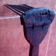 Antigüedades: CARDADOR DE LANA ANTIGÜO DE MADERA TALLADA, HIERRO Y ASTA. ARTE POPULAR PASTORIL. 32,5 CMS LOGUITUD.. Lote 186254080