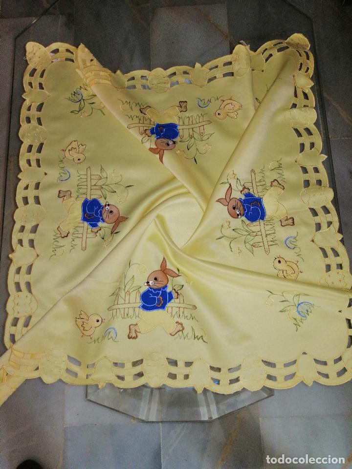 MANTEL BORDADO CON MOTIVOS INFANTILES 84X84 CM. (VER DETALLE EN FOTOS) (Antigüedades - Hogar y Decoración - Manteles Antiguos)